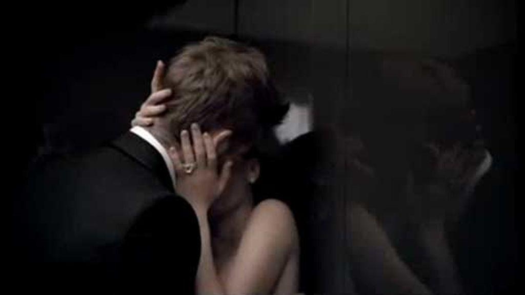 David y Victoria Beckham, beso apasionado en un ascensor