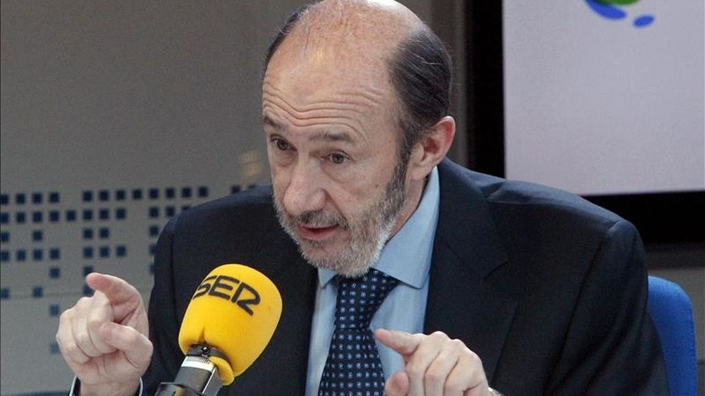 El vicepresidente primero del Gobierno, Alfredo Pérez Rubalcaba, durante la entrevista que concedió hoy a la cadena Ser. EFE