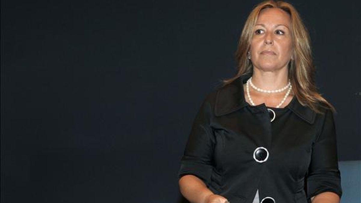 La ministra de Sanidad, Trinidad Jiménez, durante la rueda de prensa que ofreció ayer para informar sobre la primera víctima mortal en España afectada de gripe A, en el Hospital Gregorio Marañón de Madrid. EFE