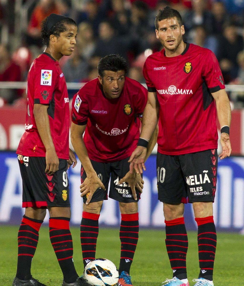 Los jugadores del RCD Mallorca, el delantero israelí Tomer Hemed, el delantero mexicano, Giovani Dos Santos (i), y Pep Lluís Martín durante el partido de la trigésimo primera jornada de Liga