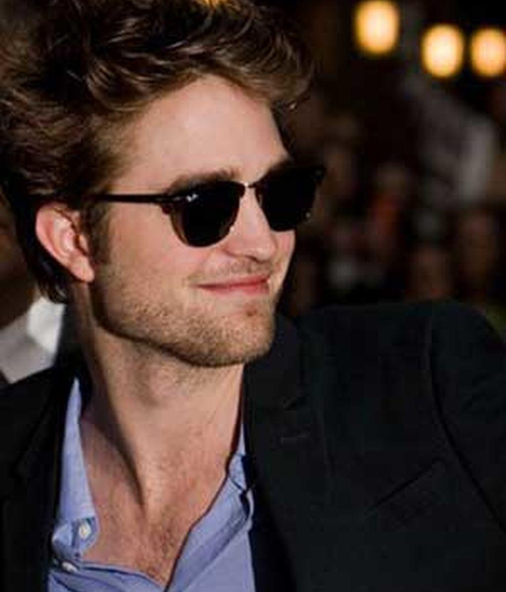 Robert Pattinson sale ileso del mordisco de un león. Foto archivo / AP