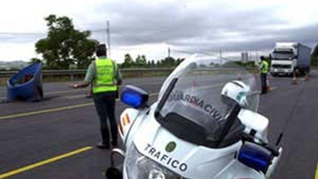 El agente se quedó con la tarjeta de un fallecido en un accidente de tráfico. Vídeo: Atlas.