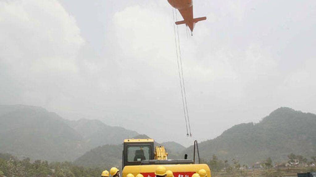 Los equipos han tenido que ser llevados a la zona en grandes helicópteros. Vídeo: Informativos Telecinco.