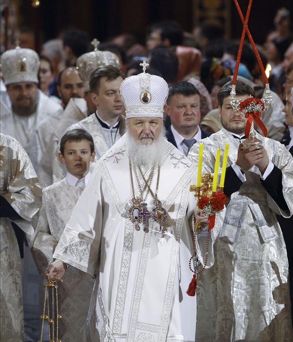 El patriarca de la Iglesia Ortodoxa Rusa (IOR), Kiril (c), oficia hoy una misa de Domingo de Resurrección en la catedral de Cristo el Salvador de Moscú (Rusia). EFE