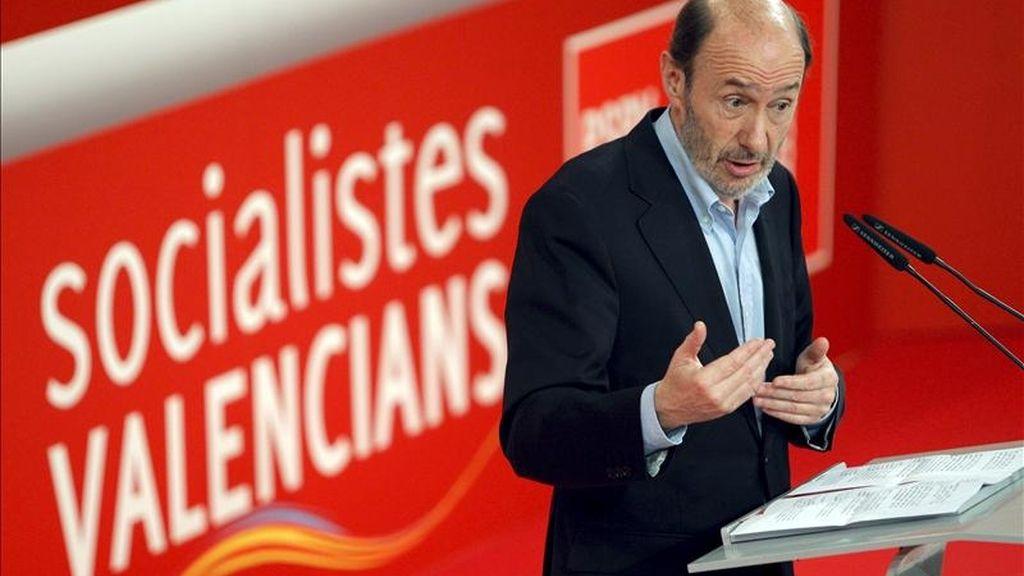 """El vicepresidente primero del Gobierno, Alfredo Pérez Rubalcaba, durante su intervención en la convención autonómica de los socialistas valencianos, que se celebra hoy en Valencia bajo el lema """"La hora de la dignidad"""". EFE"""