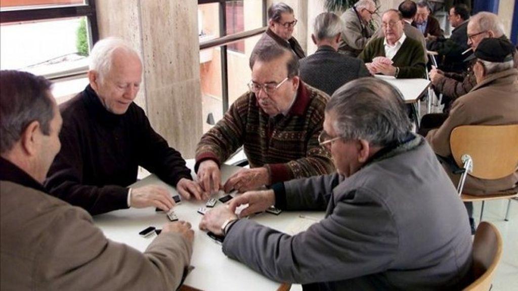 Un grupo de jubilados españoles disfrutan de su tiempo jugando al dominó