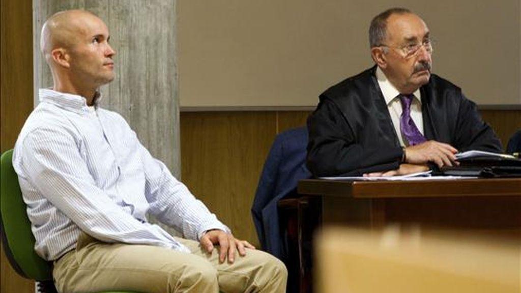 Jacobo Piñeiro Rial (i), acusado de asesinar a dos jóvenes homosexuales en un piso de la calle Oporto de Vigo en el verano de 2006, durante la última jornada de la vista oral del juicio contra él en los Juzgados de Vigo junto a su abogado, Gerardo Acosta. EFE