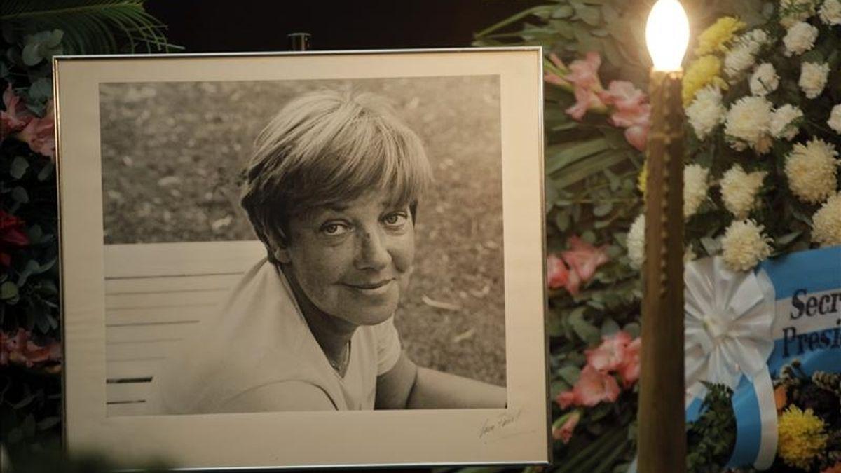 Una fotografía de la escritora María Elena Walsh es vista junto a su féretro durante las honras fúnebres que se realizan este lunes, en la Sociedad Argentina de Autores y Compositores en Buenos Aires (Argentina). EFE