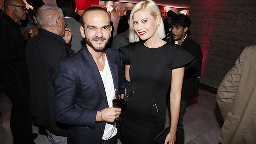 Juan Carlos Fernández de The 2nd Skin Co, posando con Maya Hansen