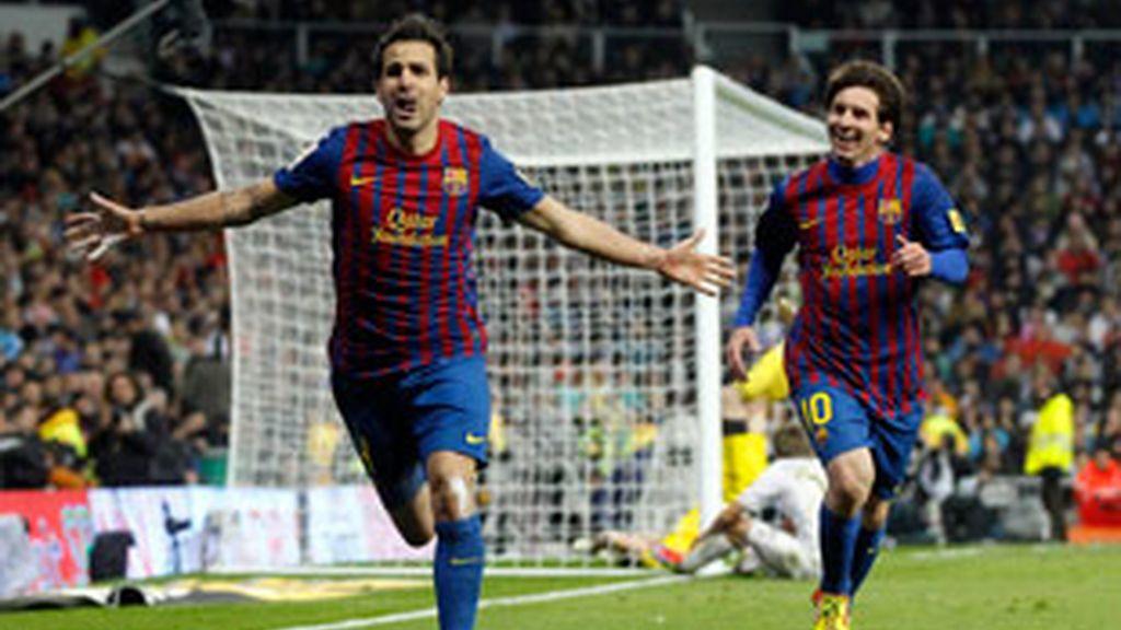 Fábregas celebra su gol, tercero del Barça, en el Bernabéu