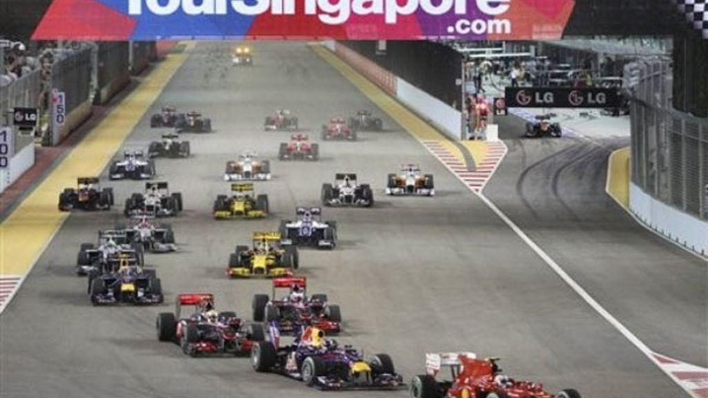 Alonso tuvo que empelarse a fondo para contener a Vettel en la salida