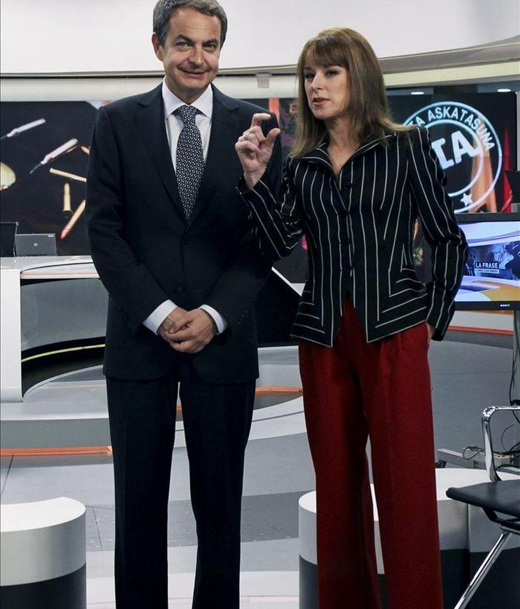 José Luis Rodriguez Zapatero, acompañado por la directora de informativos de Antena 3, Gloria Lomana, en los momentos previos a la entrevista que el presidente del gobierno. EFE