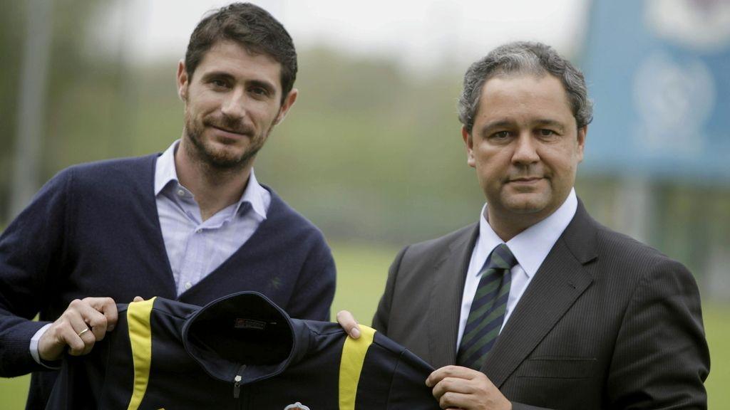 Víctor Sánchez del Amo, nuevo entrenador del Deportivo, posa con el presidente del club, Tino Fernández