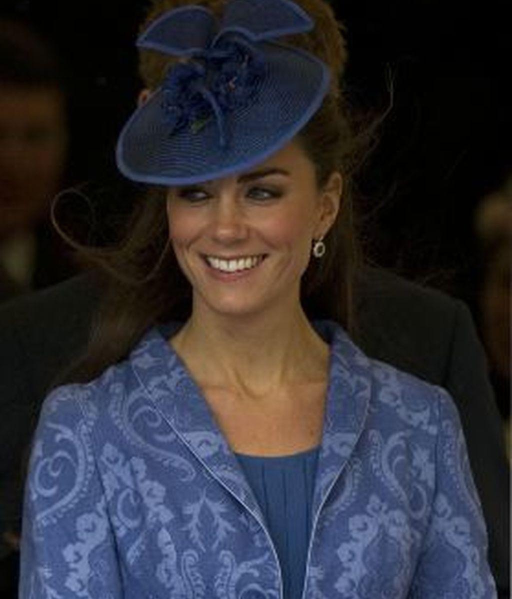 Kate, de azul y con tocado