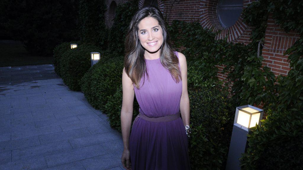 La presentadora Isabel Jiménez con vestido de la colección cápsula de Davidelfín