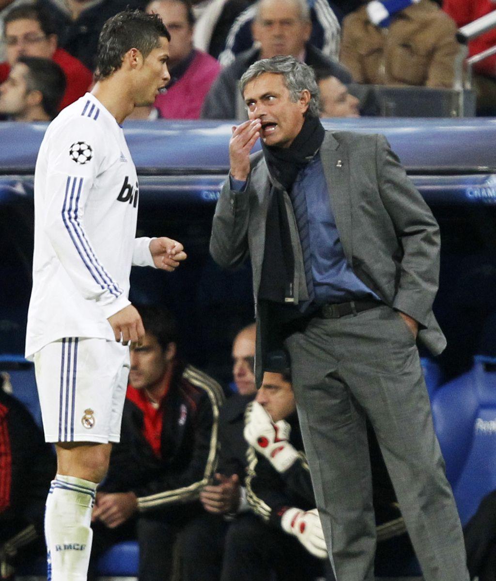 José Mourinho da instrucciones a Cristiano Ronaldo durante un partido