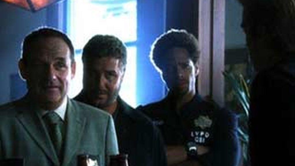 El equipo entra en un bar cercano al escenario del crimen