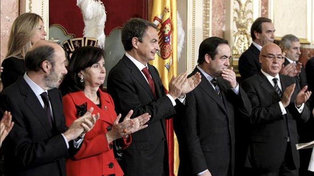 El presidente del Congreso, José Bono (2d), recibe el aplauso del jefe del Ejecutivo, José Luis Rodríguez Zapatero (3i); el presidente del Senado, Javier Rojo (d); el vicepresidente primero, Alfredo Pérez Rubalcaba (i); la ministra de Exteriores, Trinidad Jiménez (i-detrás) en los actos conmemorativos del Día de la Constitución. EFE