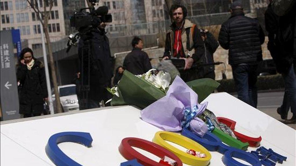 Flores en un cartel con el logotipo de Google, hoy en la entrada principal a la compañía en Pekín (China). EFE