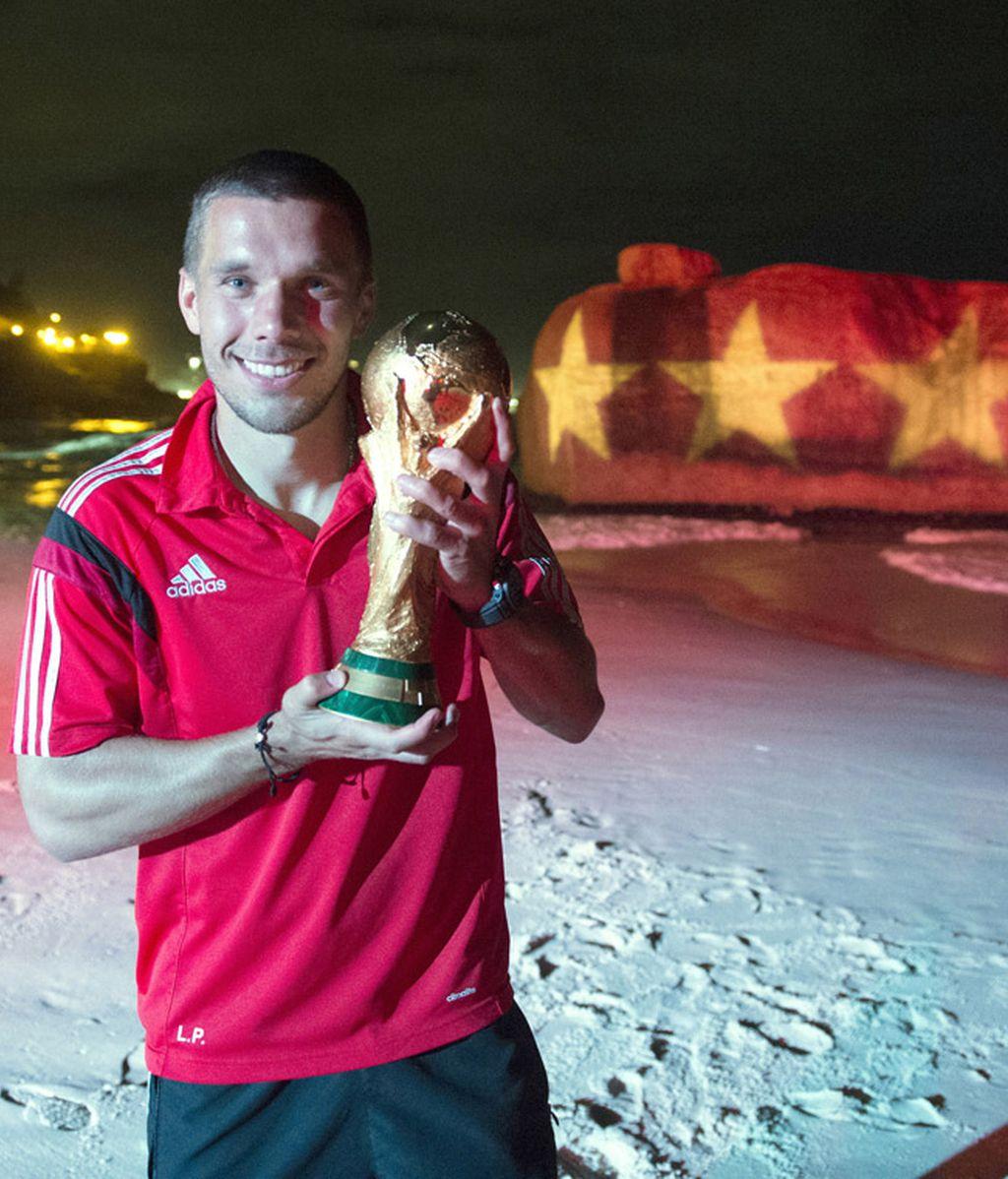 Lukas Podolski se fotografía con la Copa y las cuatro estrellas detrás