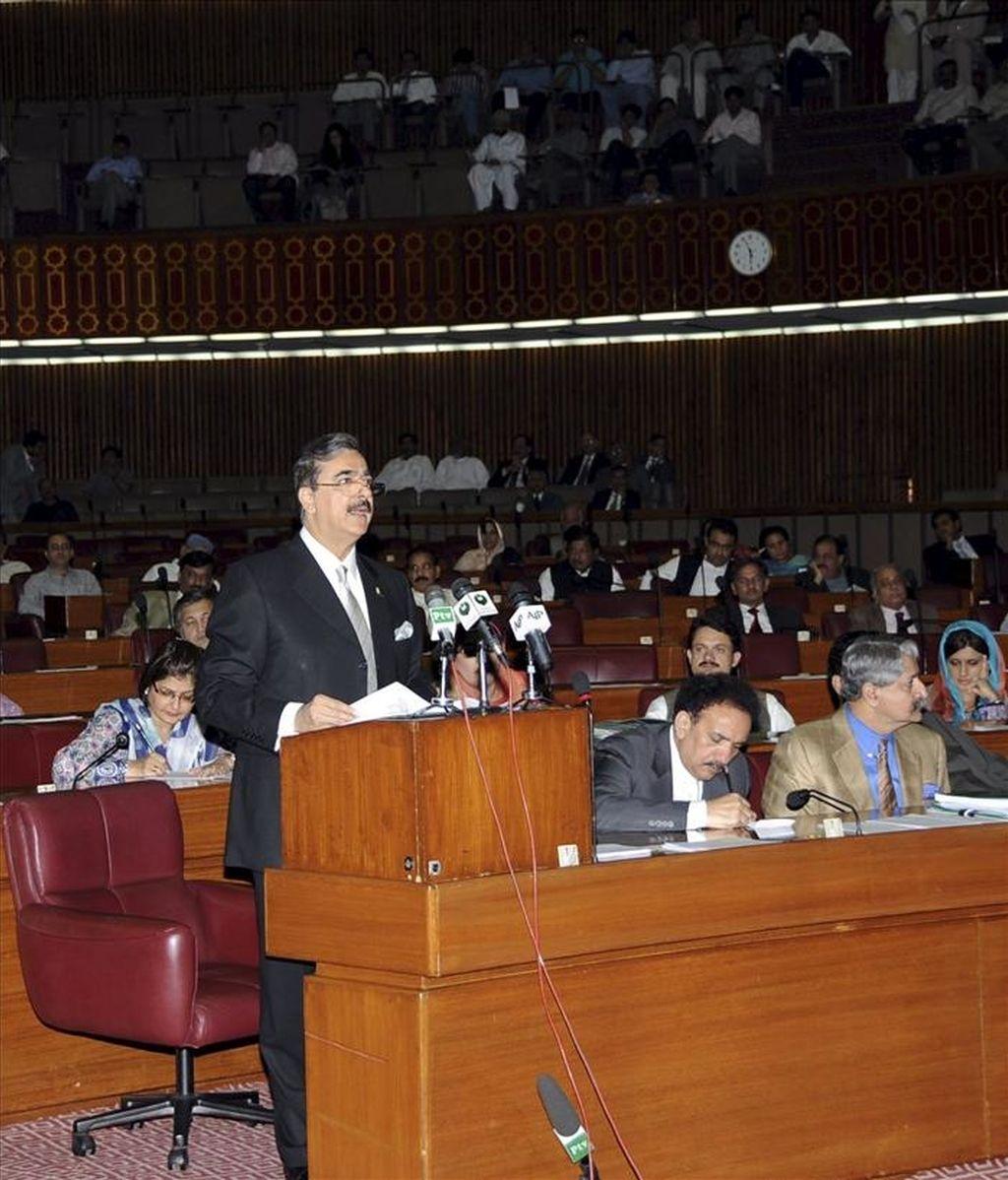 Fotografía cedida por el departamento de prensa el 9 de mayo de 2011 que muesta al Primer Ministro de Paquistán Yusuf Raza Gilani informando a los parlamentarios sobre el incursión de los Estados Unidos para asesinar a Osama Bin Laden, en Islamabad, Paquistán. EFE/Archivo