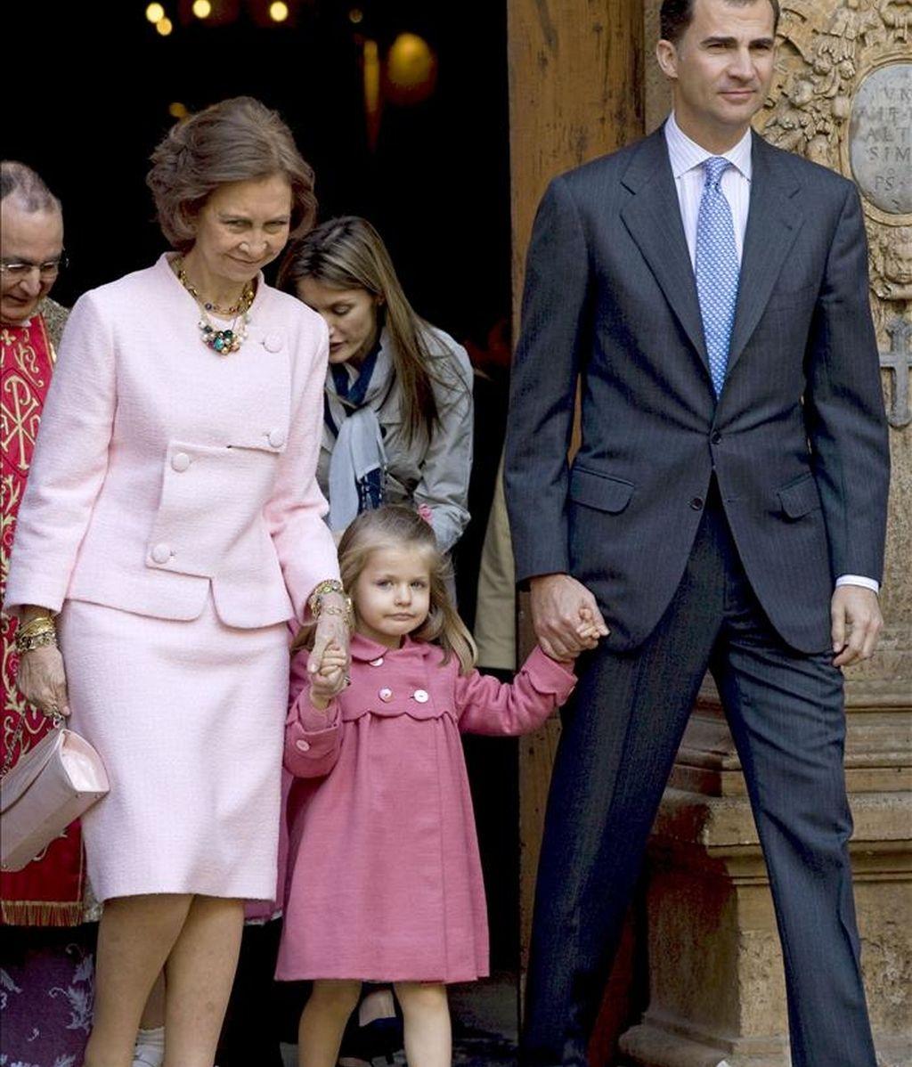La reina Sofía y el príncipe Felipe junto a su hija, la infanta Leonor (c), a la salida de la tradicional misa del Domingo de Resurrección celebrada en la Catedral de Palma. EFE/Archivo