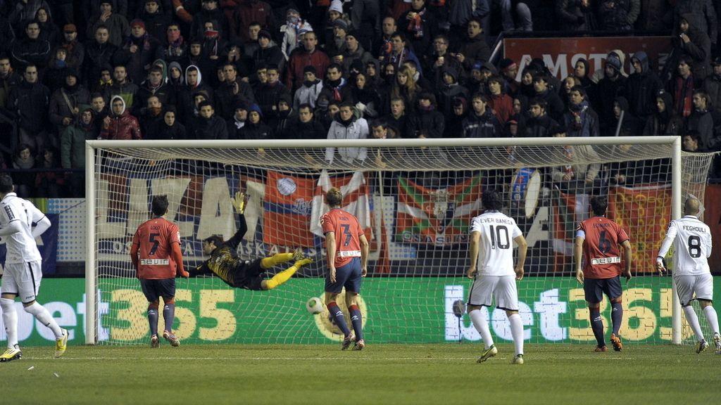 El portero del Osasuna Asier Riesgo (3i) intenta para el gol marcado por el centrocampista del Valencia Daniel Parejo