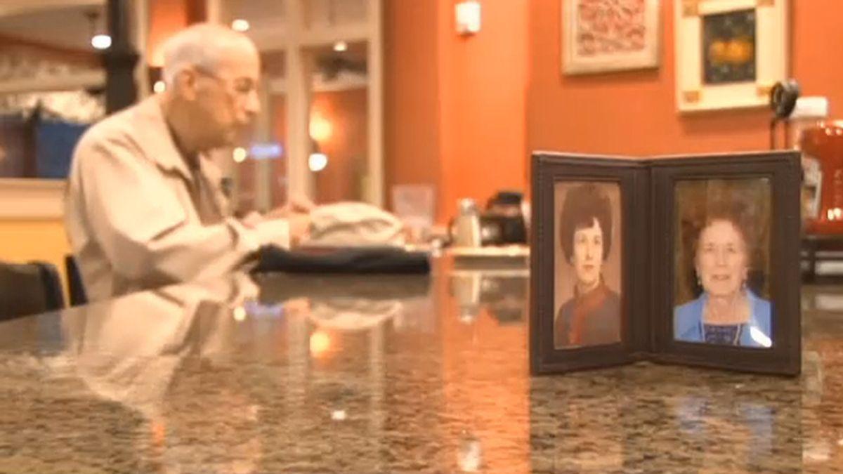 Un viudo desayuna cada día junto a la foto de su mujer desde su muerte