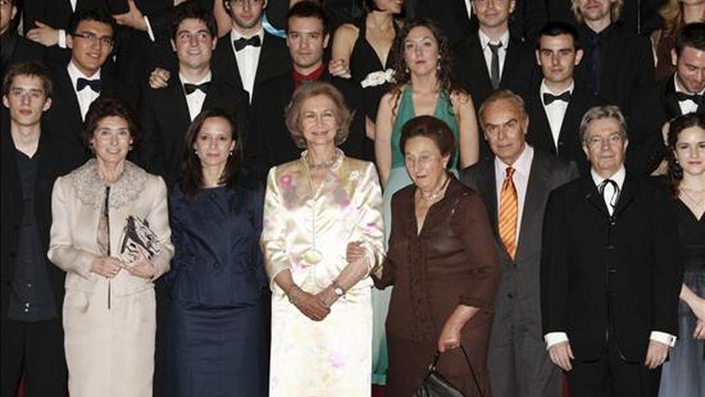 La reina Sofía (c), acompañada por los duques de Soria, la infanta Margarita (4d) y su marido Carlos Zurita (3d), y por la directora de la Escuela Superior de Música Reina Sofía, Paloma O´Shea (2i), posa tras el acto de clausura del curso académico de la Escuela Superior de Música, hoy en el Palacio de El Pardo. EFE