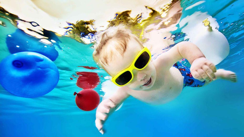 Niños bajo el agua