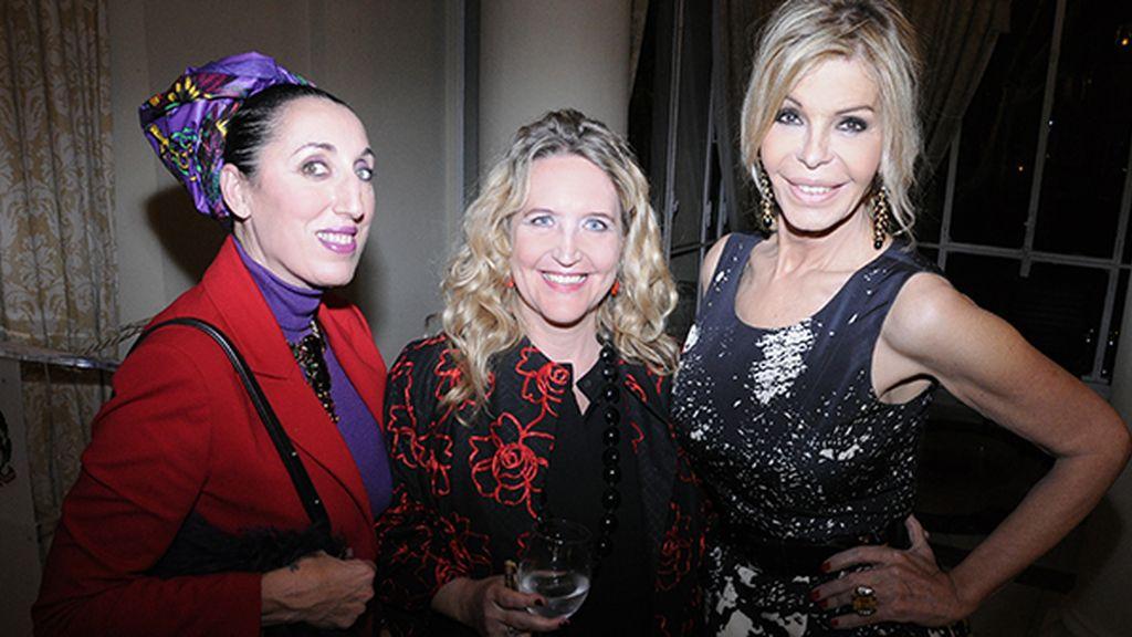 Lisa Lovatt-Smith flanqueada por sus amigas Rossy de Palma y Bibiana Fernández