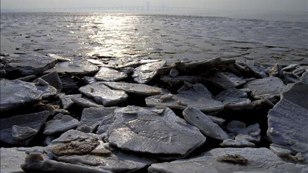Vista general de la bahía de Jiaozhou, prácticamente cubierta con bloques de hielo, en la ciudad de Qingdao, provincia de Shandong, China. EFE