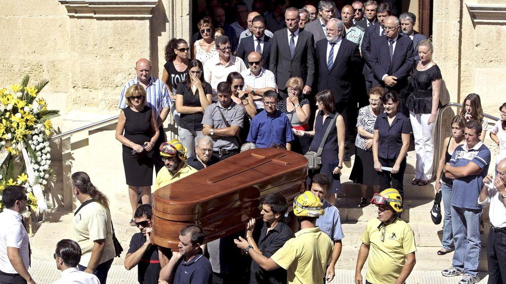 El presidente de la Generalitat, Alberto Fabra (centro fondo), y el ministro de Agricultura, Miguel Arias Cañete, han asistido al funeral del brigadista fallecido el pasado domingo en el incendio forestal de la localidad de Torremanzanas (Alicante)