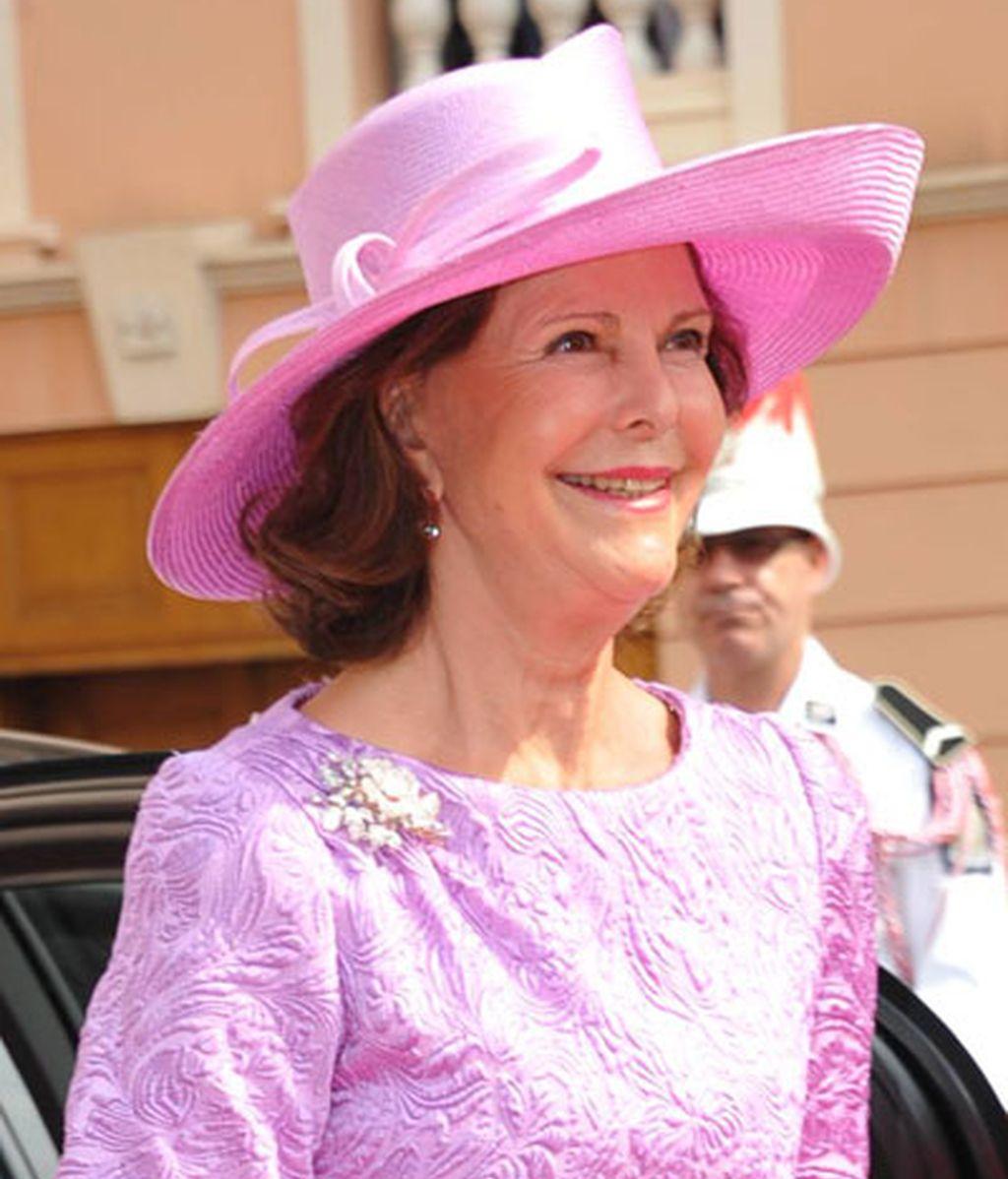La reina Silvia de Suecia, con sombrero rosa