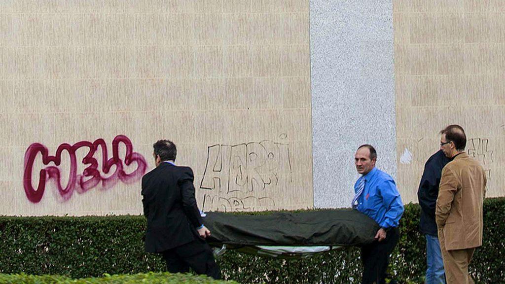 Trabajadores de la funeraria retiran el cadáver de Amaia Egaña, suicidada en Barakaldo ante el desahucio de su vivienda