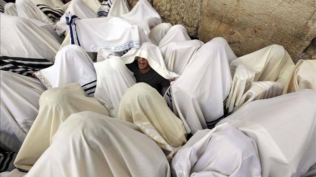 Los judíos rezan frente al Muro de las Lamentaciones en Jerusalén, Israel, con motivo de Pascua judía. EFE