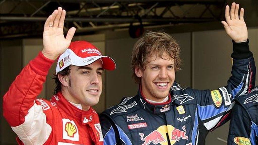 El piloto español de Fórmula Uno Fernando Alonso (i), de Ferrari, y el piloto alemán Sebastian Vettel (d), de Red Bull Racing, celebran tras la sesión de clasificación en el circuito de Silverstone en Northamptonshire, Reino Unido. Vettel logró la primera posición de la parrilla de salida, el australiano Mark Webber, de Red Bull Racing, logró la segunda y Alonso la tercera. El Gran Premio de Gran Bretaña se disputará el domingo 11 de julio de 2010. EFE