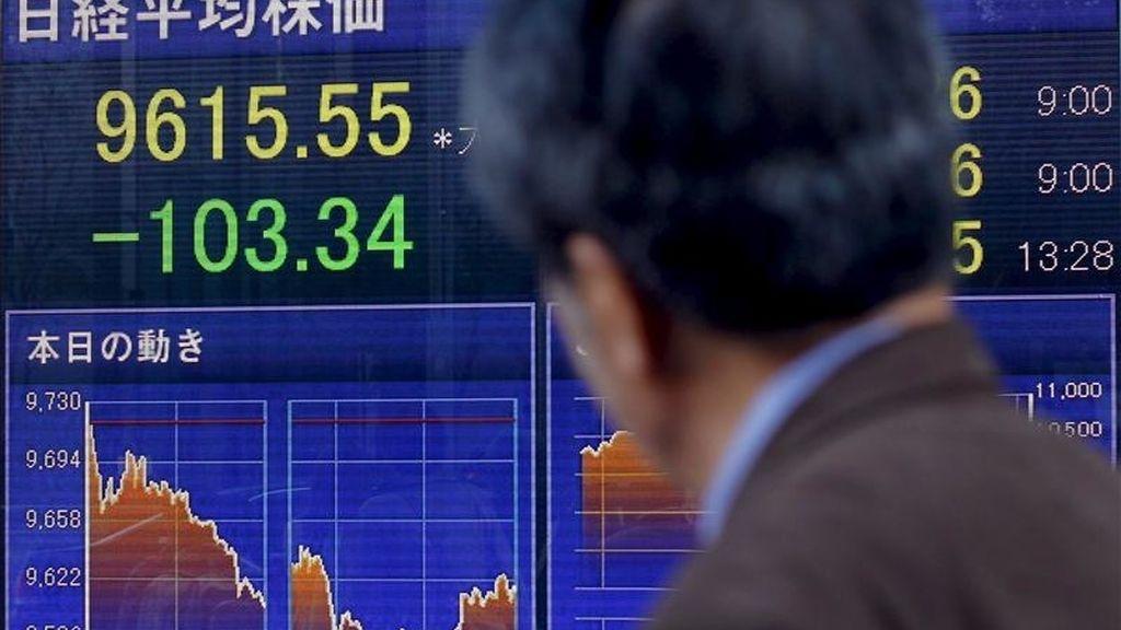 Un hombre observa un tablero electrónico con el resultado del índice Nikkei de la Bolsa de Tokio (Japón), que en su apertura subió el 0,91 por ciento. EFE/Archivo