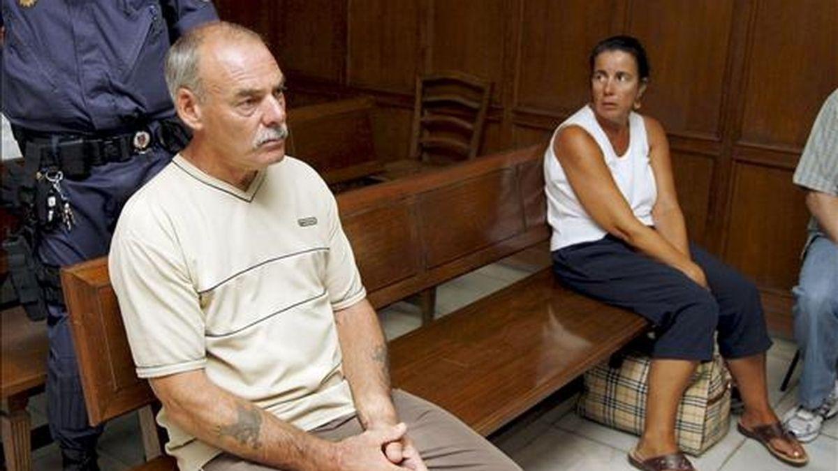 El británico David Water Cook, de 57 años y su esposa, Ángela Maureen Green, de 46 años, él acusado de homicidio y conducción temeraria y ella de omisión del deber de auxilio, durante la vista del juicio que se ha iniciado contra ellos en la Audiencia de Alicante por la muerte de un joven en La Nucia el pasado año. EFE