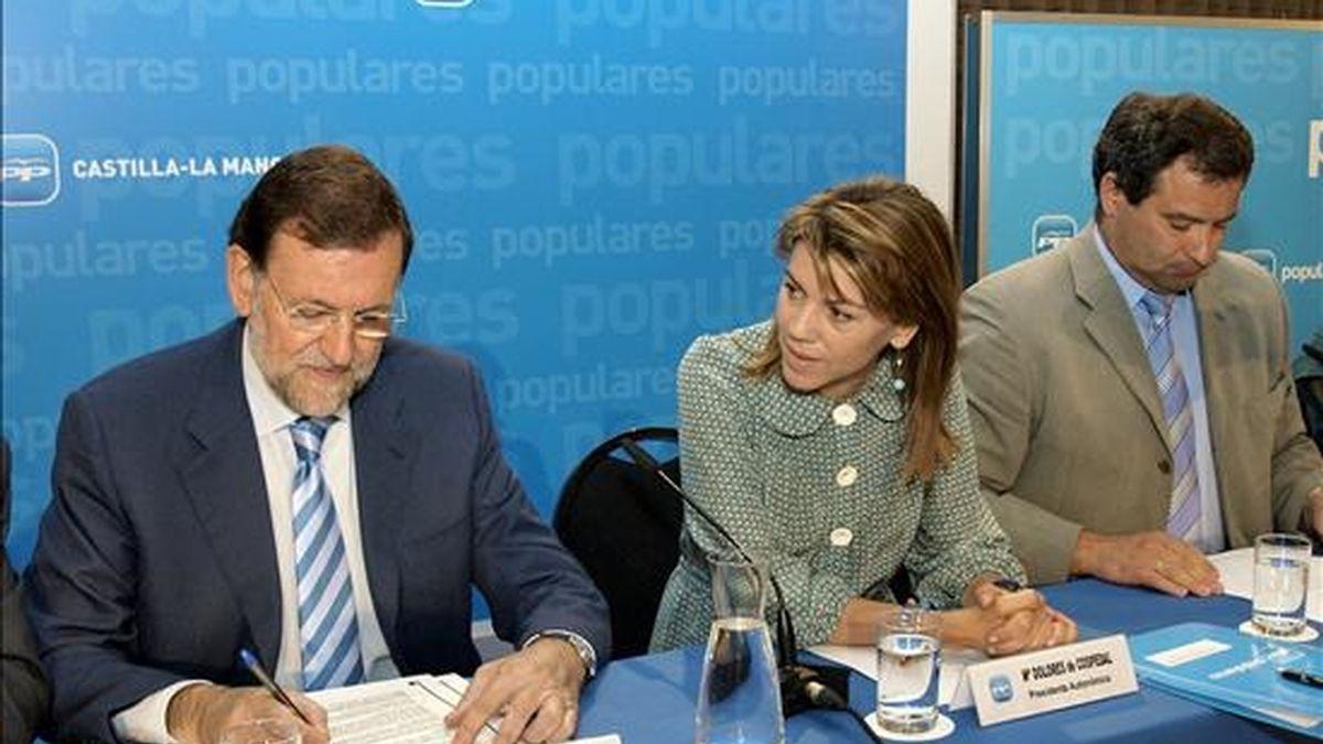 El presidente del PP, Mariano Rajoy; la secretaria general y presidenta del partido en Castilla-La Mancha, María Dolores de Cospedal, y el alcalde de Cuenca, Francisco Pulido (i-d), al inicio de la reunión de la junta directiva del PP de Castilla-La Mancha que ha tenido lugar hoy en la ciudad conquense. EFE