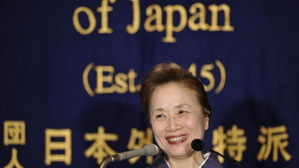 Nobuko Kan, la mujer del primer ministro de Japón, Naoto Kan, durante una rueda de prensa en Tokio, Japón, hoy miércoles, 12 de enero de 2011. La esposa de Kan, con la que tiene dos hijos, no hizo un gran favor a la imagen de líder de su marido al publicar en julio 2010 unas memorias en las que pone en duda la capacidad del primer ministro para gobernar y critica desde sus discursos hasta su incapacidad en las labores del hogar. EFE