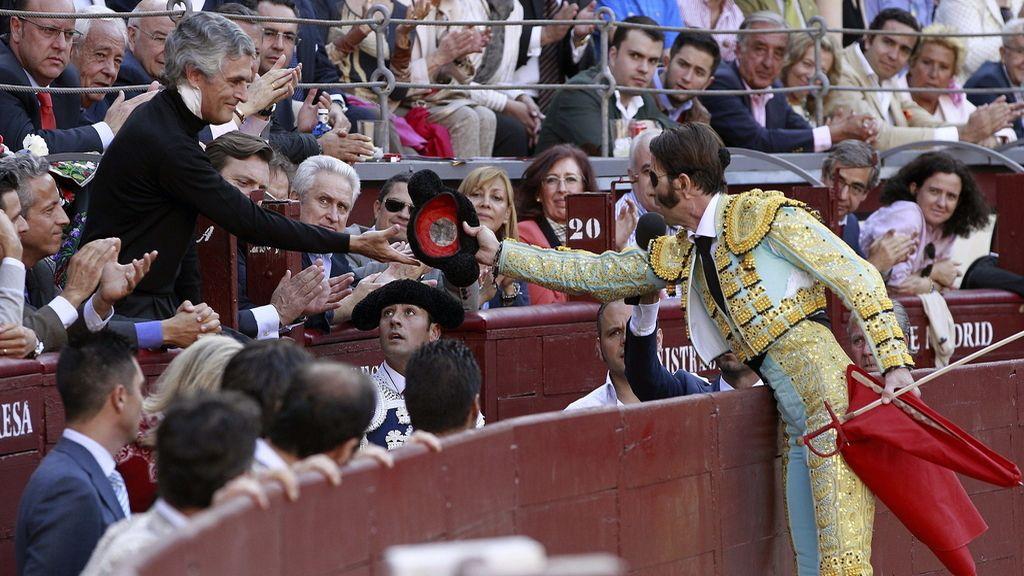 El diestro Juan José Padilla entrega la montera a Adolfo Suárez Illana (i), hijo del expresidente Adolfo Suárez, durante el sexto festejo de la feria de San Isidro