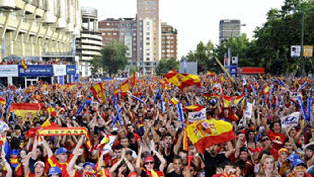 Los aficionados se han lanzado a la calle para celebrar el pase a la final. Foto: EFE