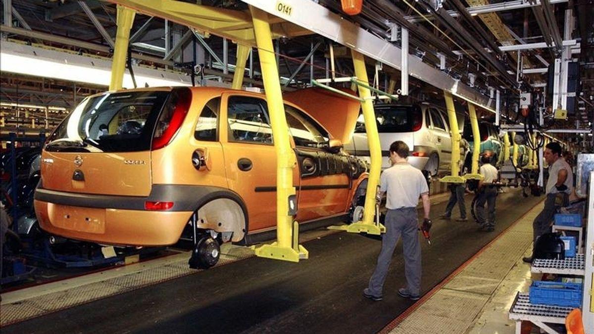 En la imagen, trabajadores de la planta zaragozana de General Motors en Figueruelas. EFE/Archivo