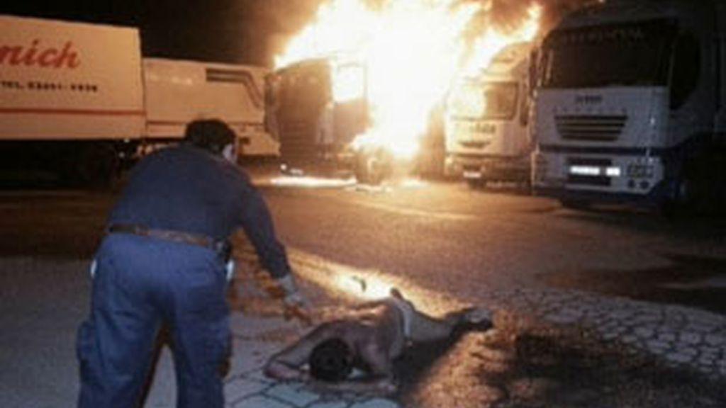 En el incidente se han calcinado otros cuatro camiones. Vídeo: Informativos Telecinco.