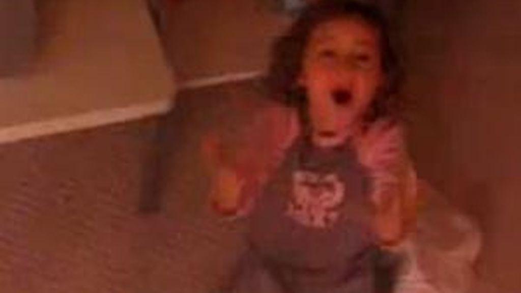 Imagen del video en Youtube, donde aparece Noah Cyrus cantando