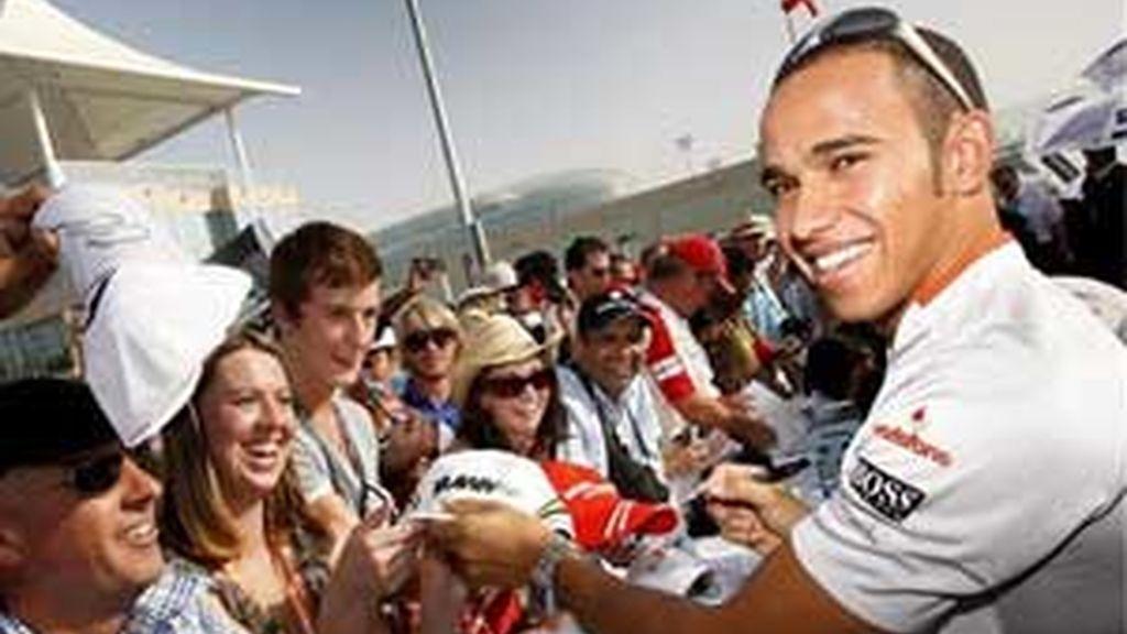 El piloto británico de Fórmula Uno Lewis Hamilton de la escudería McLaren Mercedes firma autógrafos en el recién construido circuito Yas Marina en Abu Dabi. FOTO: EFE