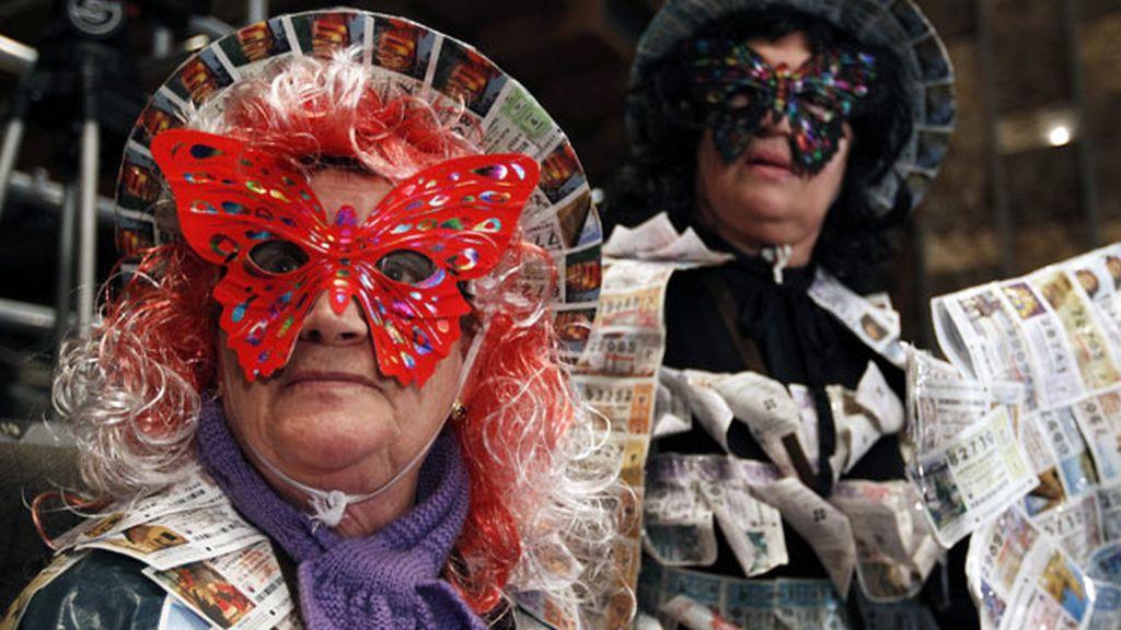 Asistentes con disfraces en el Sorteo de Navidad