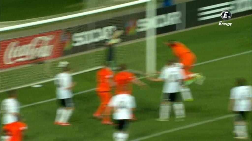 El jugador holandés entró libre de marca para cabecear.