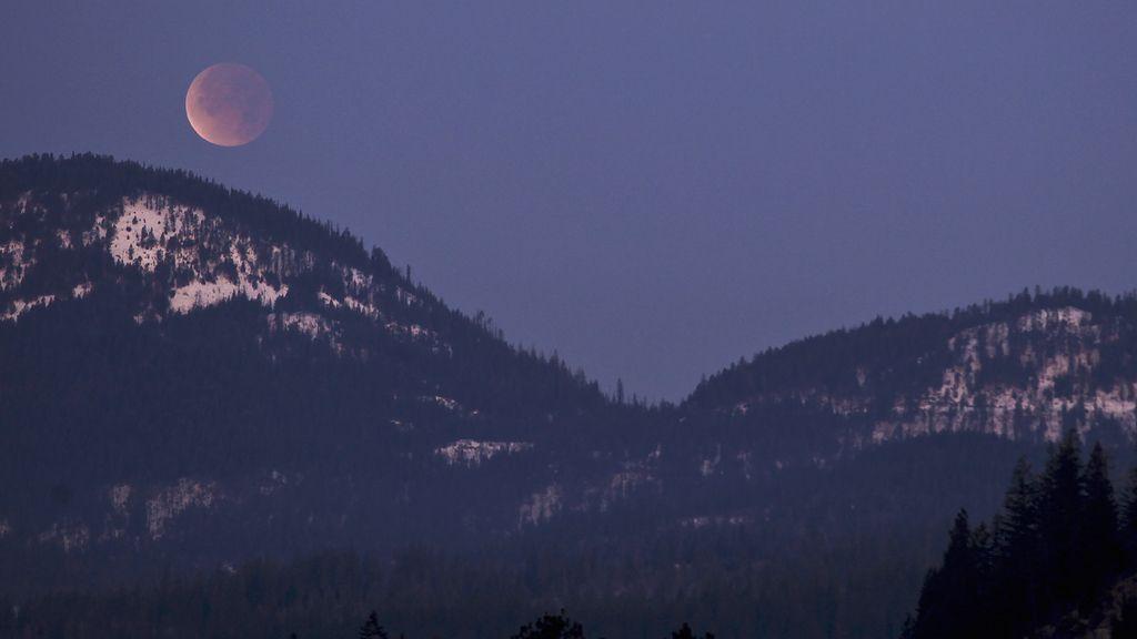 Eclipse en la cordillera de Selkirk, Idaho